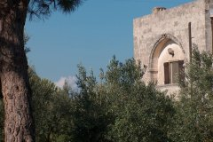 Antica facciata del 600 tra gli ulivi